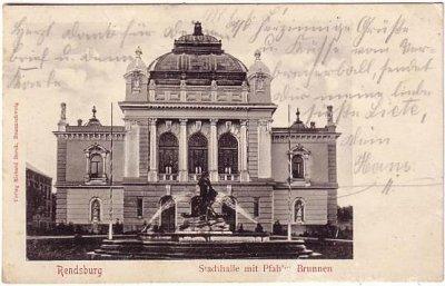 Ansichtskarte Rendsburg Stadthalle mit Brunnen