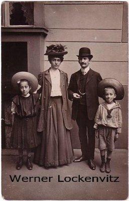 Ansichtskarte Familie vor einem Haus Fotokarte Frauen Mode