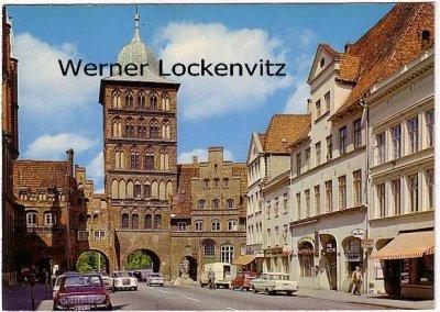 Ansichtskarte Lübeck Burgtor mit Geschäften und Autos