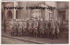 Ansichtskarte Polizisten in Militäruniform wohl vor Ihrer Polizeistation