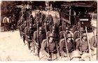 Ansichtskarte 18439 Stralsund Einmarsch der 5. Komp. aus dem Lager Hammerstein mit Straßenbahn Fotokarte