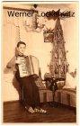 Musik Junge spielt Akkordeon vor Weihnachtspyramide Foto