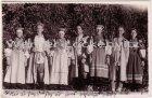 Ansichtskarte Estland Eesti Petseri Frauen und Männer in Landestracht Trachten Fotokarte