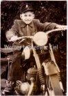 Ansichtskarte Junge sitzt auf einem Motorrad