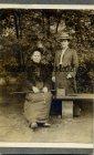 Altes Pappfoto CDV Zwei Frauen auf einer Bank