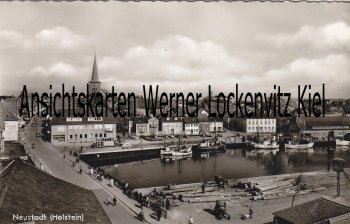 Ansichtskarte Neustadt in Holstein Ortsansicht Holzlager Fischkutter