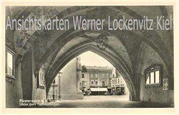 Ansichtskarte Fürstenwalde Unter dem Rathausbogen mit Geschäft von Eduard Rohn